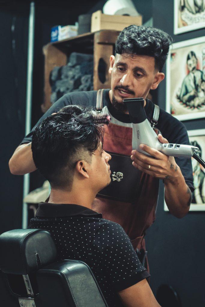 jak układać włosy męskie